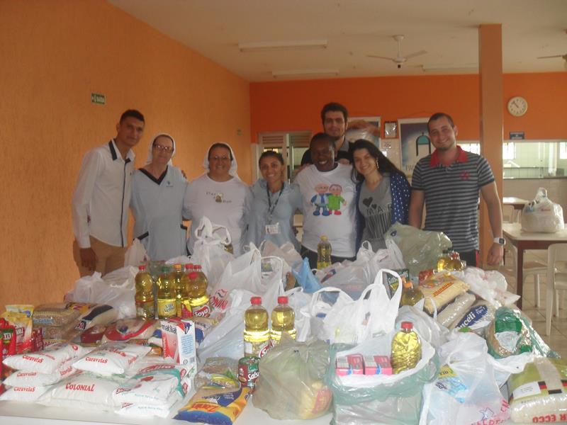 Doação de alimentos arrecadados em campanha.