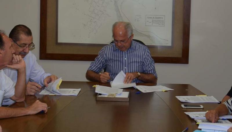 Dr. Amarante assina o convênio na Prefeitura.